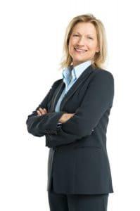 Wer sein Bewerbungsfoto selber machen möchte, ist mit dieser Pose und mit diesem Bewerbungsoutfit eindrucksvoll aufgestellt. Dies ist ein gelungenes Bewerbungsfoto Beispiel für Damen im Business Outfit. Ideal für weibliche Führungskräfte. Für andere Positionen ohne Personalverantwortung den Zuschnitt oberhalb der verschränkten Arme ansetzen.