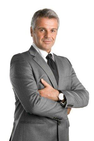 Wer sein Bewerbungsfoto selber machen möchte, ist mit dieser Pose als Führungskraft optimal aufgestellt. Dies ist ein gelungenes Bewerbungsfoto Beispiel.