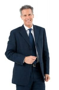 Wer sein Bewerbungsfoto selber machen möchte, ist mit dieser energetischen Pose und diesem Bewerbungsoutfit eindrucksvoll aufgestellt. Dies ist ein gelungenes Bewerbungsfoto Beispiel mit Anzug und mit Krawatte.