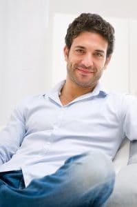 Verwaschene Jeans und eine viel zu lässige Haltung ist für Bewerbungsfotos der falsche Weg, außer Sie bewerben sich als Aufseher für die Ruhezone im Betrieb.