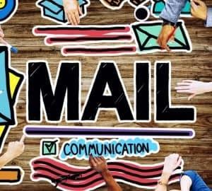 E-Mail Bewerbung: Die Bewerbung einfach per Mail zu versenden wird immer beliebter. Hier ein Tisch mit Mail Communication.