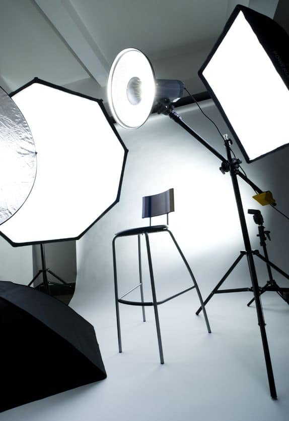 Bewerbungsfoto im Fotografen Studio sind gut. Noch besser sind Bewerbungsfotosaufnahmen in modernen Geschäftsräumen.
