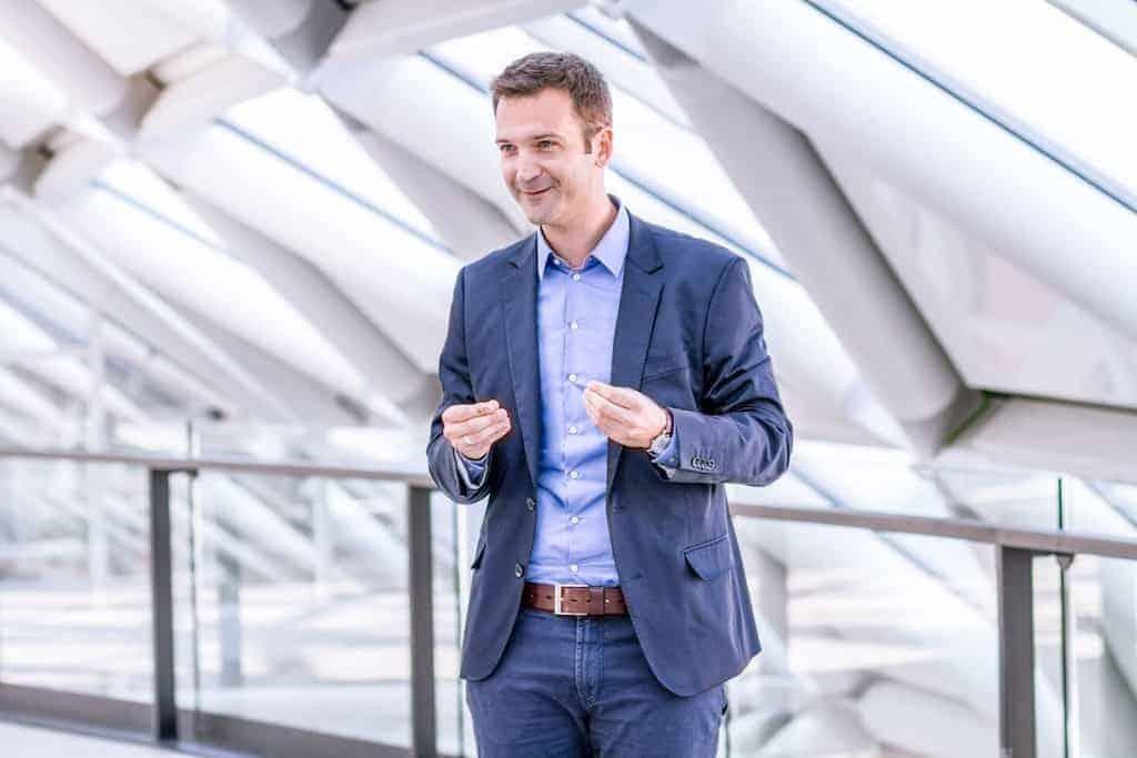 Bewerbungstrainer Patrick JAN ist HR Manager und zeigt im Interview mit der Karrierefoto Agentur STARMAZING, wie sich Bewerber mit einem Bewerbungstraining vorbereiten können, um die Job Konkurrenz hinter sich zu lassen. Wie man ohne Berufserfahrung trotzdem beeindrucken kann, was die größten Probleme der Bewerber sind und was das Geheimnis der perfekten Bewerbung ist.