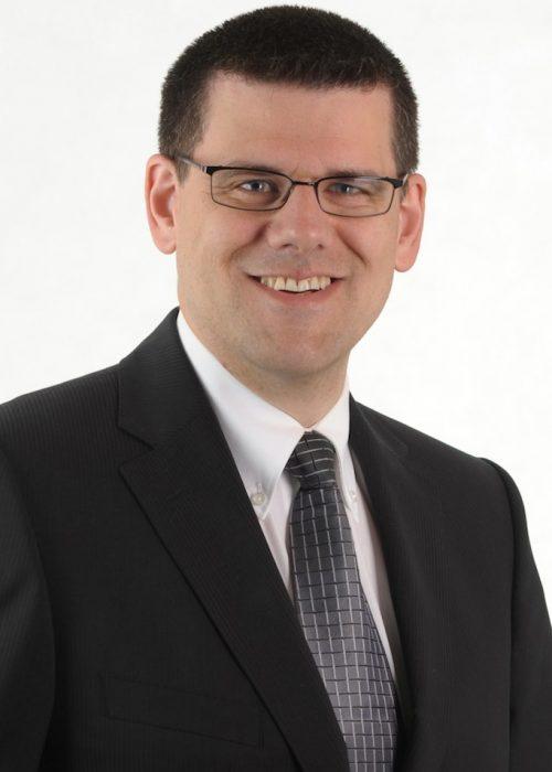 Daniel Hetzer arbeitet seit über 10 Jahren als selbständiger Berater, Trainer und Coach. Als Inhaber von Kybos-Training und Coaching unterstützt er mit seinem Team insbesondere KMU dabei, ihre Vertriebsprozesse zu optimieren und erfolgreich am Markt zu bestehen. Dabei gilt für ihn der Grundsatz: Aus der Praxis für die Praxis. So verfügt Daniel Hetzer über mehr als 20 Jahre Erfahrung im Vertrieb.