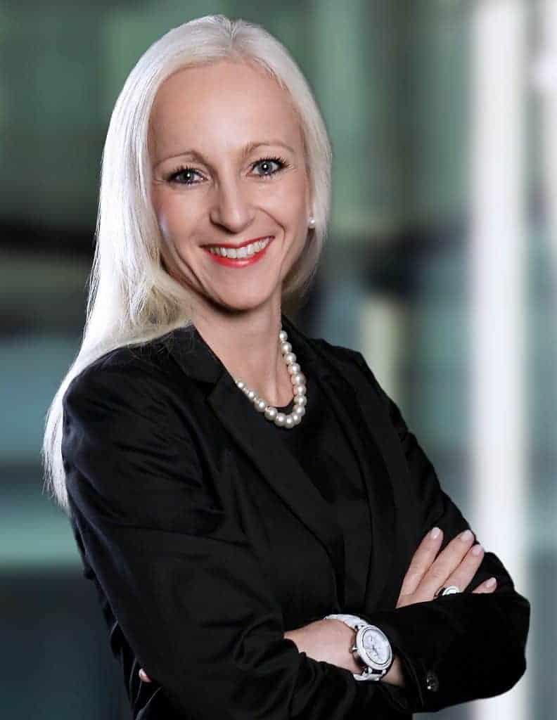 Die Autorin Antje Menzel ist Charisma Coach in der Charisma Akademie. Als Spezialistin hilft sie ihren Klienten, deren Exzellenz zurückzufinden, damit diese ihr Charisma gewinnend zum Ausdruck bringen.
