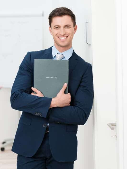 Fühlen Sie sich mit Ihrem Bewerbungsfoto Hemd genauso gut wie mit Ihrem Bewerber-Outfit! Vor allem geübte Personaler sehen, wenn Sie sich in Ihrem Look nicht wohlfühlen. Das gilt für das Bewerbungsfoto gleichermaßen wie für das Bewerbungsgespräch.