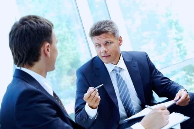 So bestimmen Herren die Hemdengröße für Business Oberhemden: Der Halsumfang in cm, plus 2 Fingerbreit ergibt die Hemdengröße.