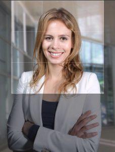 Der quadratische Zuschnitt als LinkedIn Profilbild mit dem Porträt Foto zentriert in der Mitte gilt als schwach. Die Person wirkt klein und der goldene Schnitt liegt ausserhalb des Gesichtes. Beim Betrachter schwindet so schneller die Aufmerksamkeit. Dieser Zuschnitt ist nicht gelungen.