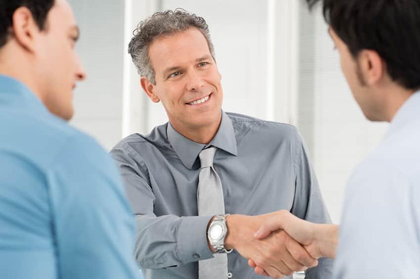 Der Bewerbungsfoto Hemd Ratgeber beantwortet Fragen wie: Was zeichnet das perfekte Business-Hemd für Herren aus? Für das Bewerbungsfoto; für das Vorstellungsgespräch; für Kundentermine; zu repräsentativen Anlässen.