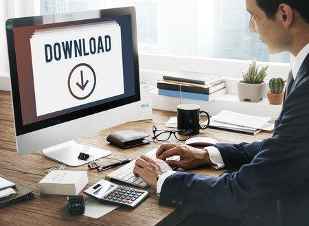 kreative Bewerbung durch Download-Link statt USB Stick: Die Beilage eines USB Sticks zur Bewerbungsmappe war früher sehr empfehlenswert und wurde gerne gesehen, da die auf dem Stick zur Verfügung gestellten Informationen die weitere Bearbeitung enorm erleichterten. Mittlerweile werden USB Stick jedoch als ein hohes Sicherheitsrisiko wahrgenommen. Viele Unternehmen lassen ihre USB Ports der PCs sogar sperren, da eine nicht zu unterschätzende Gefahr von Malware ausgeht, die über den Stick auf den PC gelangen kann. Bestimmte Malware kann sich beispielsweise als Tastatur ausweisen und umgeht so die Sicherheitseinrichtungen, die für Daten-Laufwerke gelten. Heutzutage ist ein simpler, aber individueller Download-Link eher ratsam. Man kann hier sehr leicht den gesamten Inhalt der Bewerbungsmappe zur Verfügung stellen und um eine Präsentation oder ein Bewerbungsvideo zusätzlich bereichern.