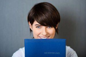 """kreative Bewerbung durch die Be-Werbung: Eine """"Be-werbung"""" ist wie das Wort schon deutlich macht - Werbung - und zwar Eigenwerbung! Der wichtigste Aspekt bei der Werbung ist - Interesse wecken! Um dies zu erreichen, ist von Formvorlagen abzusehen und das Bewerbungsschreiben individuell zu gestalten. Ein persönlicher Slogan kann ebenfalls Aufmerksamkeit erregen."""