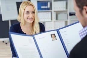 """Richtig bewerben = Bessere Chancen + Extra Gehalt """"Richtig bewerben"""" gelingt in 7 Schritten, um sich entspannt und erfolgreich in Position zu bringen. In diesem Artikel werden Hilfestellungen und Tipps vermittelt, um die angestrebte Zielposition souverän zu besten Konditionen zu ergattern!"""