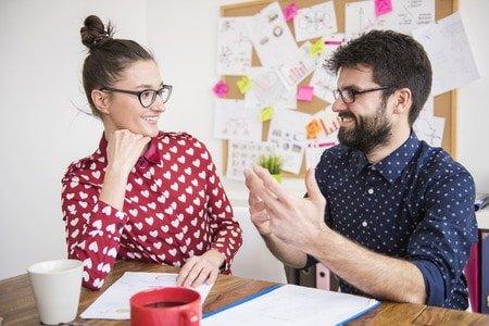 Geben Sie Ihrem Gegenüber positives Feedback beim Smalltalk führen, aber übertreiben Sie nicht