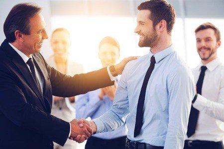 Im Bewerbungsprozess: Geben Sie nicht an, aber seien Sie ruhig selbstbewusst: Beziehen Sie sich auf die Anforderungen, die in der Stellenausschreibung vorgegeben werden und nehmen Sie Bezug auf die Highlights Ihrer eigenen Karriere.