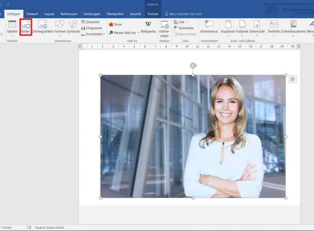 """Tutorial: Foto einfügen und Größe anpassen mit Word: 1. Gehen Sie auf """"Einfügen"""" und wählen sie """"Bilder"""" aus 2. Wählen Sie """"Layoutoptionen"""" in der rechten oberen Ecke am Foto 3. """"Vor den Text"""" auswählen 4. Schieben Sie das Bild nun an die gewünschte Position 5. Klicken Sie auf das Bild und ziehen Sie es auf die gewünschte Größe"""
